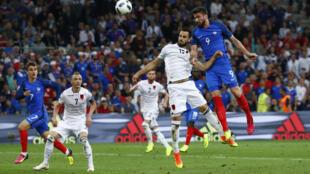 Mchezaji Olivier Giroud, akiruka juu kujaribu kuifungia timu yake goli la kuongoza