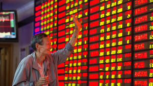 圖為中國一家股市顯示屏