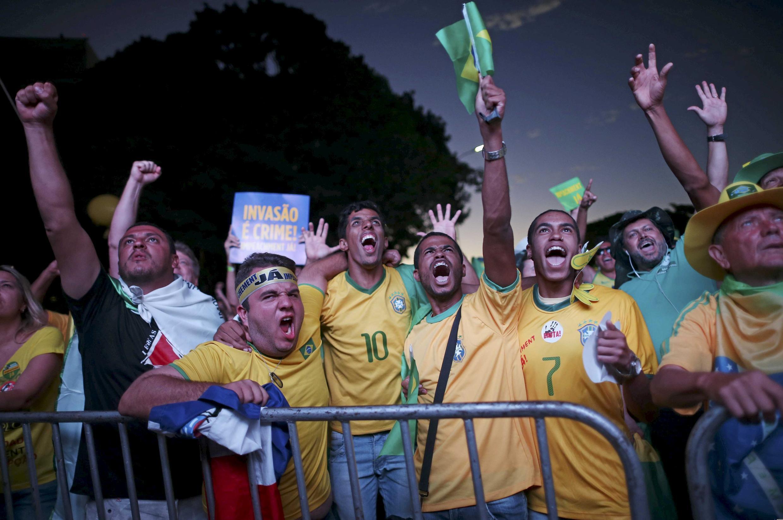 Manifestantes em Brasília durante votação do impeachment.