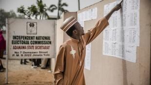 Un homme vérifie son nom sur les listes de la Commission électorale du Nigeria (Inec), le 16 février 2019, à Jimeta, dans le nord-est du pays.