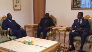 Michel Kafando (katikati) akizungukwa na Marais Boni Yayi na Macky Sall, Jumamosi Septemba 19, 2015.