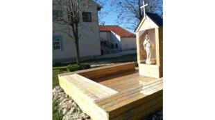 La statue de la Vierge devant l'école de Hodovo.
