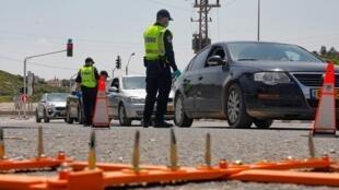 La police israélienne contrôle les voitures pendant le confinement à un barrage routier temporaire dans le village arabo-israélien de Deir el-Assad, le 16 avril 2020.
