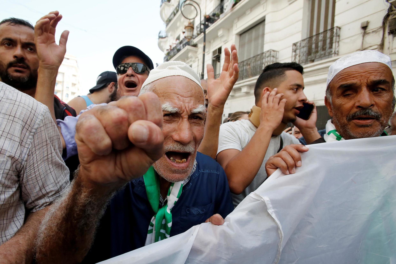 Masu zanga-zangar adawa da zaben Algeria.