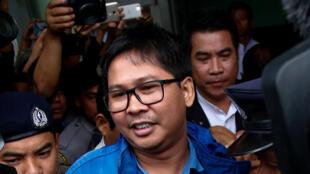 Wa Lone, un des deux journalistes de Reuters qui a été arrêté,  à sa sortie du tribunal de Rangoun, le 27 décembre 2017.