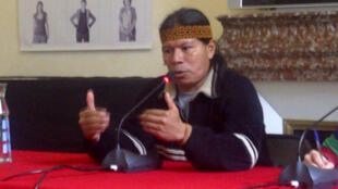 José Gualinga, presidente del Pueblo Kichwa de Sarayaku en Ecuador, durante la conferencia en la alcaldía del distrito 2 de París.