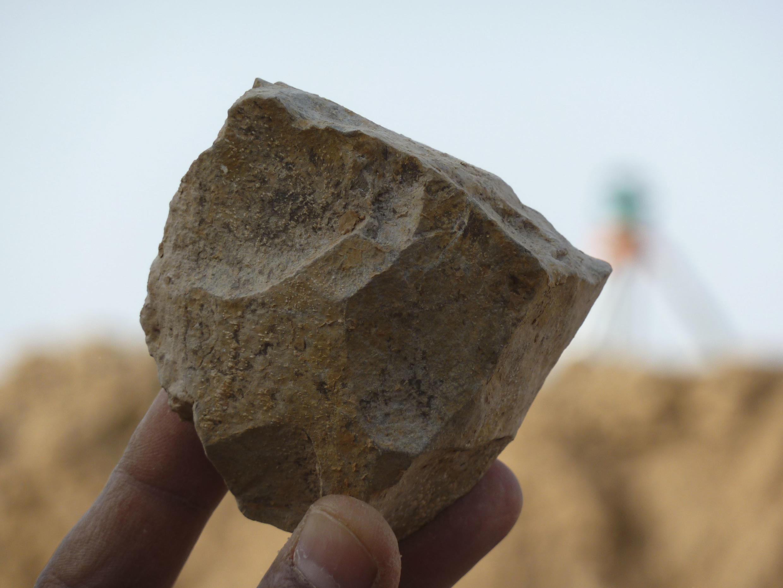 En Algérie à Sétif, une équipe d'archéologues a découvert des outils en pierre taillée qu'ils datent à 2,4 millions d'années.