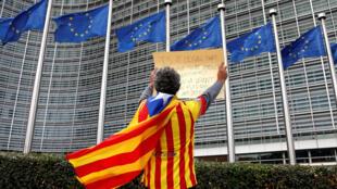 圖為一名在歐盟委員會總部前進行抗議的加泰羅尼亞獨立支持者