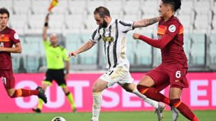 Juventus forward Gonzalo Higuain (L) scores against Roma.
