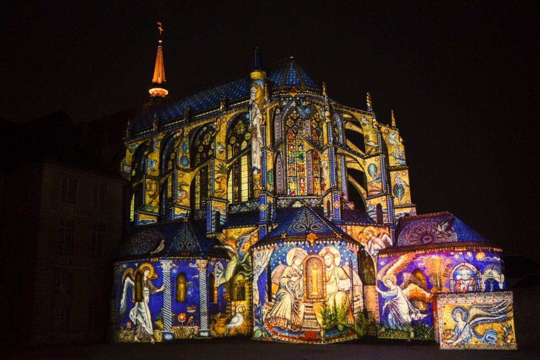 Catedral de Chartres iluminada por projeções artísticas.
