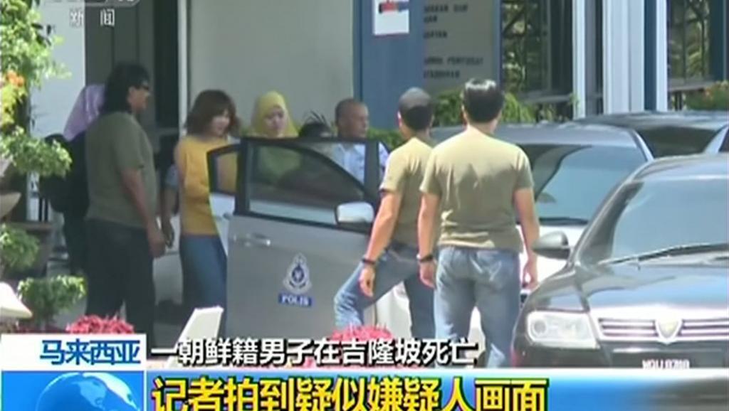 Picha iliyonaswa na televisheni ya China inaonyesha moja ya watuhumiwa (kavaa njano kichwani) akipelekwa na Polisi ya Malaysia.