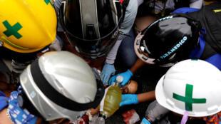 Manifestante herido es asistido durante protesta contra el gobierno de Nicolás Maduro en Caracas, el 7 de junio de 2017.