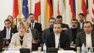 عباس عراقچی، معاون وزیر امور خارجۀ جمهوری اسلامی ایران، و هلگا اشمیت، معاون مسئول سیاست خارجی اتحادیۀ اروپا
