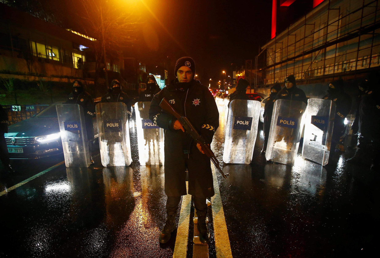 Polícia turca isola área do atentado terrorista em Istambul, 1° de janeiro de 2017.