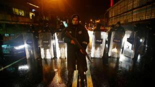 Polícia turca isola área do atentado terrorista em Istambul em 1° de janeiro de 2017
