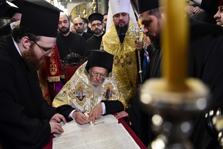 Le patriarche Bartholomée de Constantinople a signé à Istanbul le décret confirmant formellement la création d'une Eglise ukrainienne indépendante de Moscou, le 5 janvier 2019.