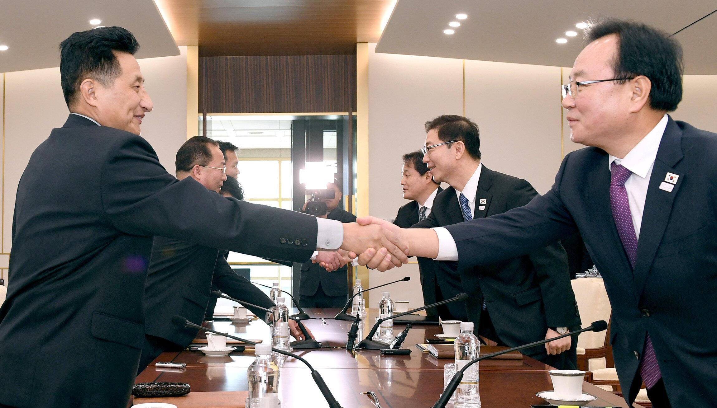 Les délégués de Corée du Nord (à gauche) et leurs homologues du Sud se serrent la main, lors d'une réunion à Panmunjom, ce 17 janvier 2018.
