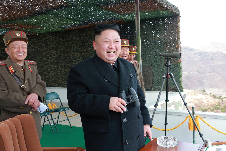 Lãnh đạo Kim Jong Un quan sát cuộc thi đua năm 2017 của các đội lái xe tăng của Quân Đội Bắc Triều Tiên. Ảnh do hãng tin Bắc Triều Tiên KCNA công bố ngày 01/04/2017.
