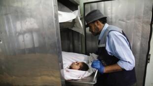 Nombreux sont les enfants tués par les frappes israéliennes sur Gaza. Ici, une jeune victime est confiée à la morgue de Beit Lahiya, dans le nord de Gaza.