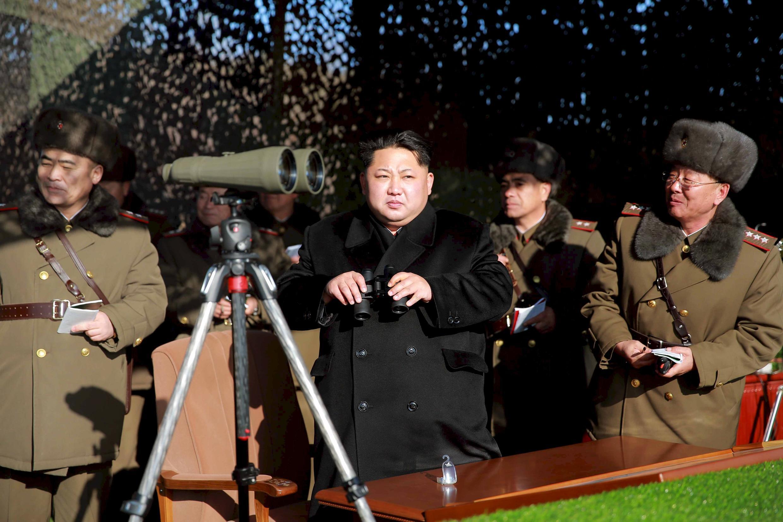Lãnh tụ Bắc Triều Tiên Kim Jong Un đang quan sát một vụ bắn hỏa tiễn.