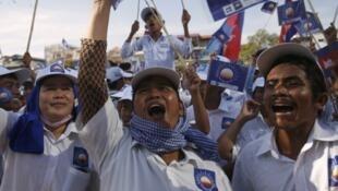 Cổ động viên của đảng Mặt trận Cứu nguy Dân tộc trong buổi mít-tinh vận động tranh cử Quốc hội ngày 27/06/2013