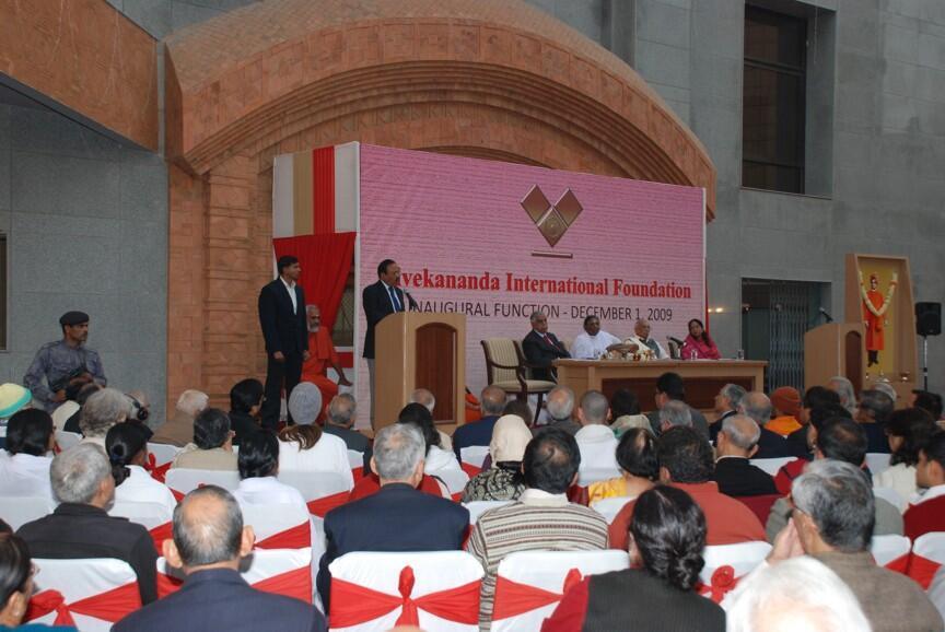 Ajit Doval s'adressant aux participants lors d'un séminaire organisé dans la salle de conférences de la VIF, à New Delhi..