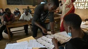 Retrait des cartes d'électeurs à Abidjan, Côte d'Ivoire, le 14 octobre 2020.