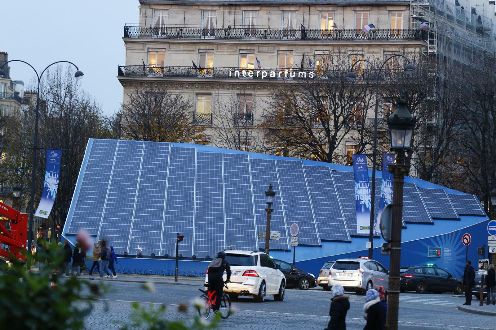 """Phát triển bền vững là một nguồn tạo việc làm quan trọng. Vùng Ile-de-France chiếm 18% việc làm """"xanh"""" toàn quốc. Trong ảnh, 440 tấm pin mặt trời tại đại lộ Champs-Elysées trong dịp COP21."""