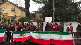 تجمع ایرانیان در برابر سفارت جمهوری اسلامی ایران در برلن - ٢ ژانویه ٢٠١٨