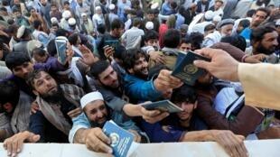 Des milliers de personnes étaient réunies dans un stade de Jalalabad, en Afghanistan, afin d'obtenir un visa pour le Pakistan, le 21 octobre 2020.