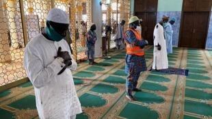 Lagos, le 7 août 2020, distanciation physique pour la prière à la mosquée.