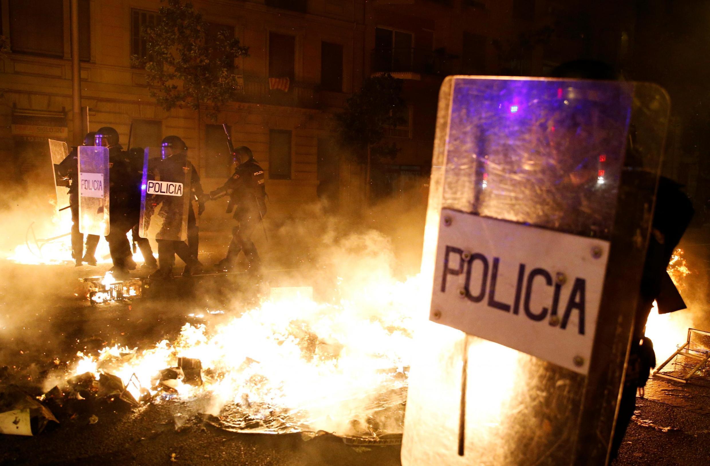 Каждый день демонстрации перерастают в столкновения с силами правопорядка