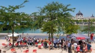 """""""Mini praia"""" na cidade de Lyon"""