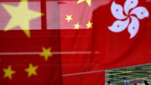 2017年7月初香港主權回歸20周年官方慶典活動期間香港街頭飄揚的旗幟。
