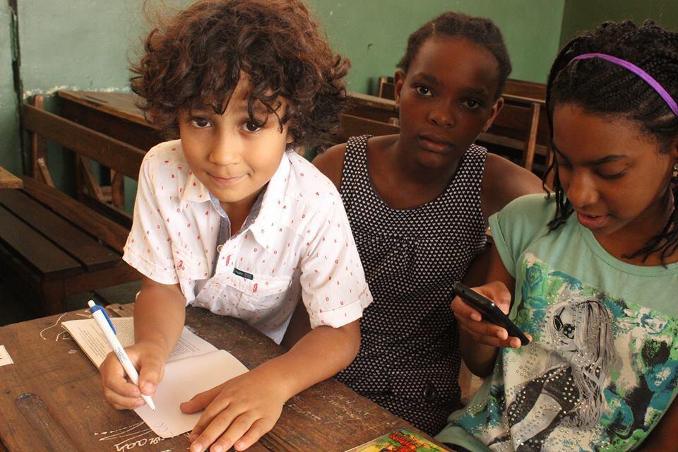 """O pequeno Lorenzo autografa o livro """"A História da Maria Café"""" que escreveu junto com a mãe Izzy."""