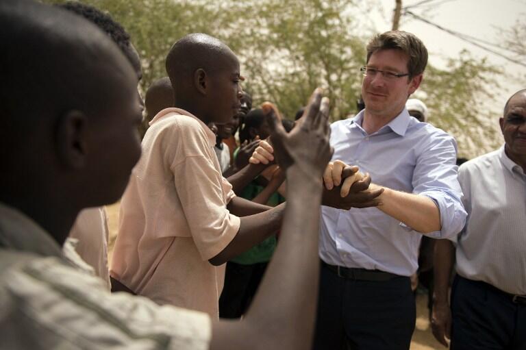 Le ministre délégué  chargé du Développement, Pascal Canfin a annoncé l'ouverture d'un site de suivi des projets de développements financés par la France au Mali. Ici lors d'une visite d'une station d'épuration à Gao, en juin 2013.
