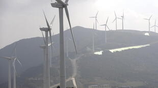 Les éoliennes sur les montagnes de Dali en Chine.