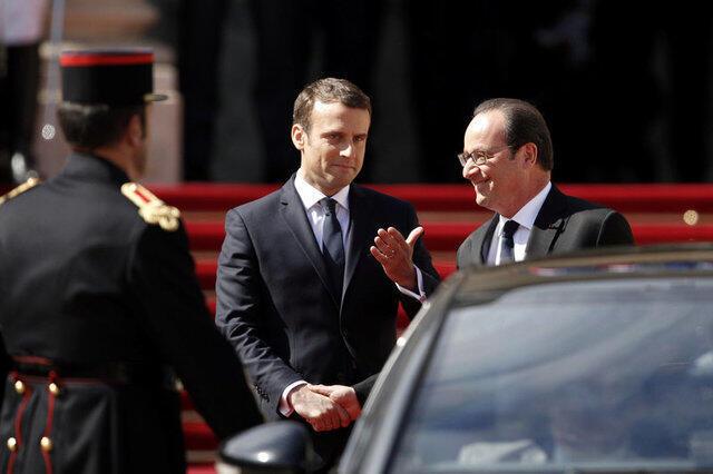 Emmanuel Macron acompanha François Hollande até a porta do carro no qual o socialista deixou o Palácio do Eliseu.