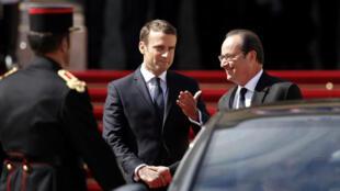 Rais mpya wa Ufaransa Emmanuel Macron akiagana na François Hollande aliyemaliza muda wake