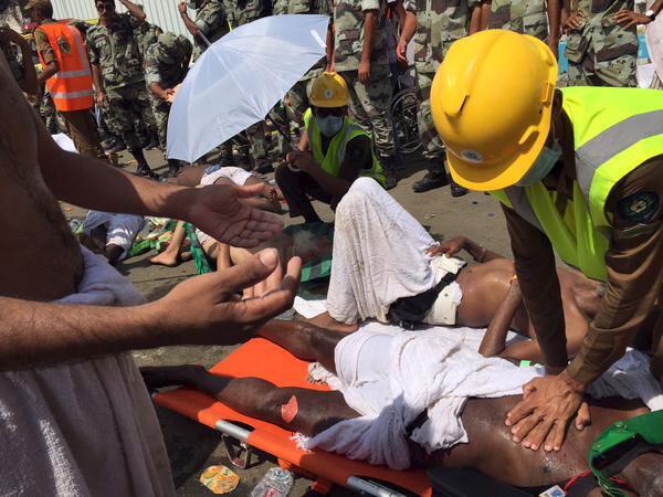 Equipas de socorro tentam ajudar as pessoas feridas.