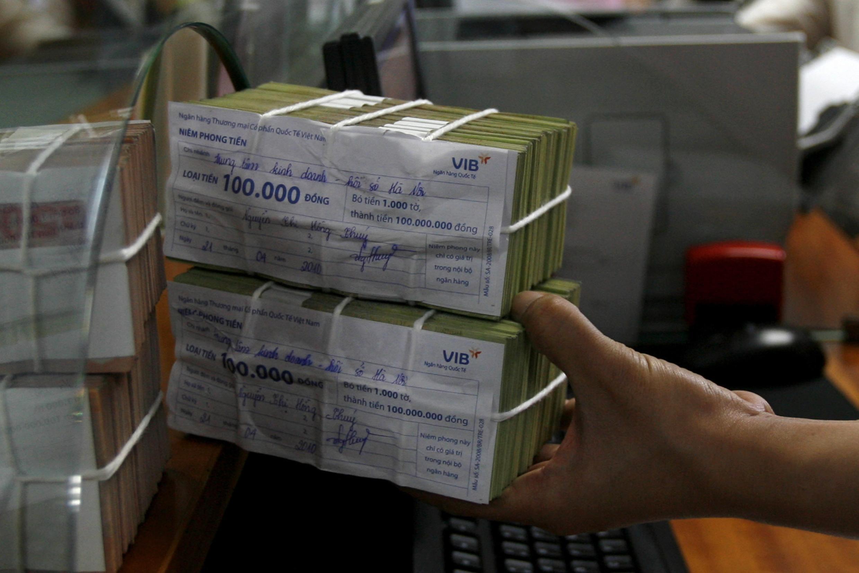 Tại một ngân hàng ở Hà Nội tháng 10/2010. Nợ xấu trong hệ thống ngân hàng Việt Nam gia tăng do khủng hoảng thị trường bất động sản.