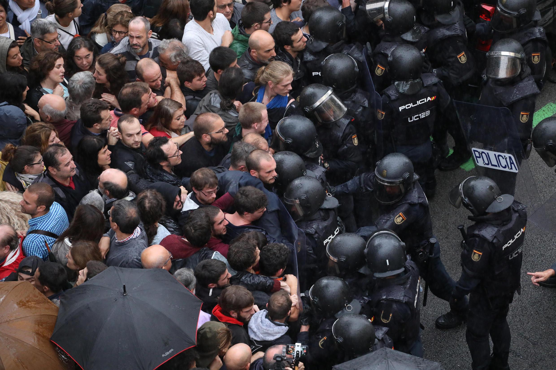 Uso kwa uso kati ya polisi na wapiga kura wa Catalonia, nje ya kituo cha kupigia kura Barcelona, Oktoba 1.