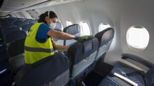 Una empleada desinfecta un avión de la compañía Air Europa el 30 de abril de 2020 en el aeropuerto de Son Sant Joan de la ciudad española de Palma de Mallorca