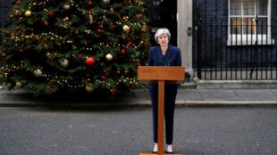 Theresa May fala aos jornalistas em frente ao número 10 de Downing Street nesta quarta-feira, 12 de dezembro, antes da votação da moção de censura contra ela.