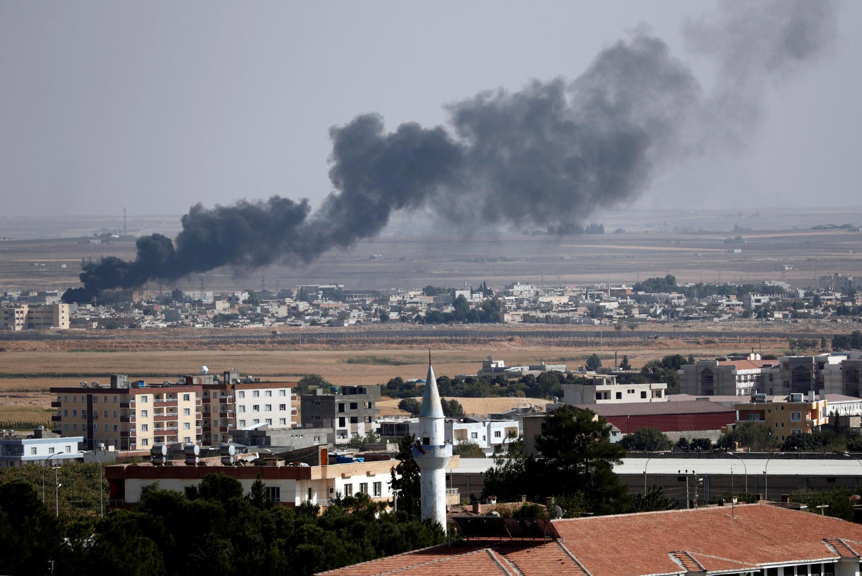 Khói bốc lên sau các cuộc oanh kích của quân đội Thổ Nhĩ Kỳ vào thành phố Ras al Ain, Syria. Ảnh chụp ngày 13/10/2019