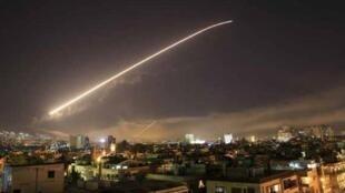 شاهدان عینی در نزدیکی محل انفجار در آسمان تیره شامگاهی نور انفجارهایی را مشاهده کردهاند.