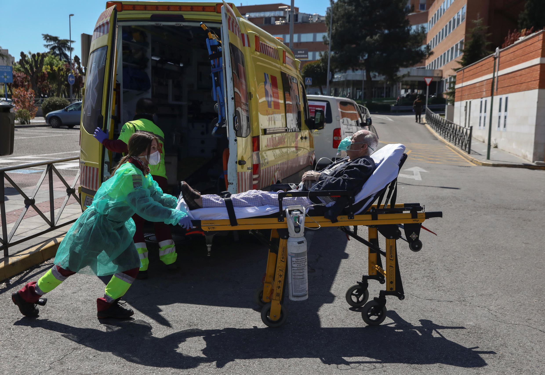 Bệnh nhân Covid-19 được đưa vào cấp cứu tại bệnh viện Octubre ở Madrid, Tây Ban Nha, ngày 28/03/2020.