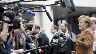 Thủ tướng Đức trả lời báo chí về Libya, Ảnh tại cuộc họp ở Bruxelles ngày 24/03/2011