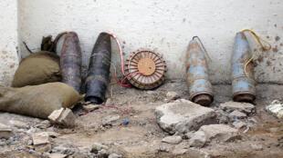 Des engins explosifs improvisés découverts (ici)par la police irakienne à l'est de Bagdad en Irak, le 7 Nov 2005.