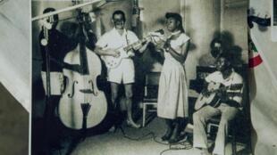 """Photo du groupe African Jazz dans les années 1960. En RDC, chaque fête du 30 juin est vécue au rythme d'une chanson devenue l'hymne des espoirs rapidement déçus en Afrique après 1960 : """"Independance Cha Cha""""."""